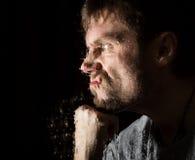 水滴在玻璃的,手和男性面孔 站立在窗口的成人人在雨天 免版税库存照片