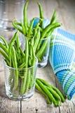 在玻璃的绿色菜豆 免版税库存图片