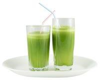 在玻璃的绿色蔬菜汁与秸杆 免版税库存图片