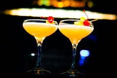 在玻璃的黄色鸡尾酒 库存图片