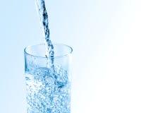 在玻璃的水飞溅与泡影 库存图片