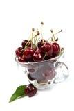 在玻璃盘的新鲜的樱桃 免版税库存图片