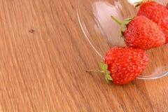 在玻璃盘的新鲜的草莓果子 库存照片