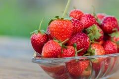 在玻璃盘的新鲜的草莓果子 图库摄影