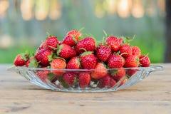 在玻璃盘的新鲜的草莓果子 免版税库存照片