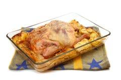 在玻璃盘的被烘烤的鸡 免版税图库摄影