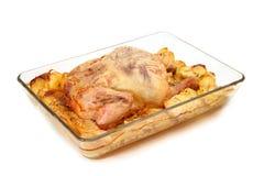 在玻璃盘的被烘烤的鸡 库存图片