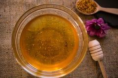 在玻璃碗的健康蜂蜜 免版税库存照片