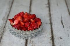 在玻璃碗的切的草莓 免版税库存照片