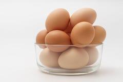 在玻璃碗的多个鸡蛋在白色背景 免版税库存图片