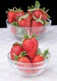 在玻璃碗的新鲜的草莓 库存照片
