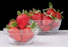 在玻璃碗的新鲜的草莓 图库摄影