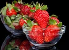 在玻璃碗的新鲜的草莓 免版税库存照片