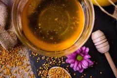 在玻璃碗的甜健康蜂蜜 免版税库存图片