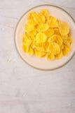 在玻璃碗的自然酸奶用玉米片 免版税库存图片