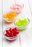 在玻璃碗的软心豆粒糖 免版税库存图片