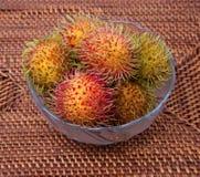 在玻璃碗的长毛的果子红毛丹印度尼西亚 库存图片