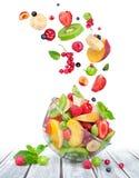 在玻璃碗的水果沙拉有成份的在天空中 免版税库存照片