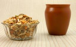 在玻璃碗的Namkeen有陶瓷杯子的 免版税库存图片
