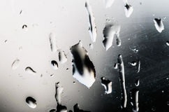 水滴在玻璃窗的与一个有趣的样式 免版税库存照片