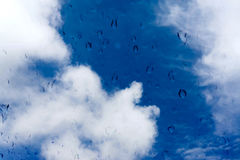 水滴在玻璃窗的在蓝天 图库摄影