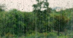 在玻璃窗的自然水下落 免版税图库摄影