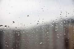 在玻璃窗的雨下落 免版税库存图片