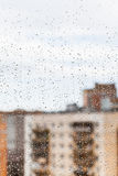 在玻璃窗的雨珠 免版税库存照片