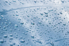 水滴在玻璃窗的 库存图片