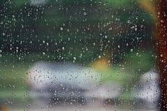 在玻璃纹理的雨下落 图库摄影