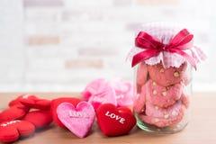 在玻璃罐,有格子花呢披肩织品的盖帽的草莓曲奇饼 免版税库存图片