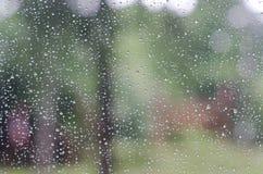 在玻璃背景的雨珠 库存照片