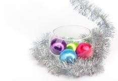在玻璃花瓶的圣诞节球在白色背景的闪亮金属片中 免版税库存照片