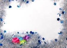 在玻璃花瓶的圣诞节球在白色背景的闪亮金属片中 图库摄影
