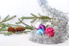 在玻璃花瓶的圣诞节球在白色背景的闪亮金属片中 库存照片