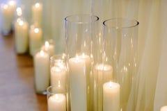 在玻璃花瓶,迷离背景,选择聚焦的灼烧的蜡烛 免版税库存照片