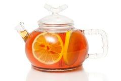 在玻璃茶壶的茶有柠檬切片的 图库摄影