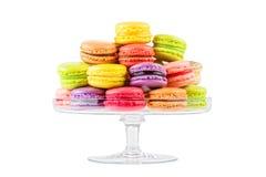 在玻璃蛋糕的法国五颜六色的macarons站立 库存照片