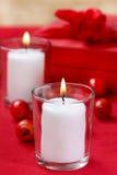 在玻璃蜡烛台的白色蜡烛 免版税图库摄影