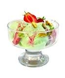 在玻璃觚的冰淇凌草莓开心果 图库摄影