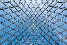在玻璃金字塔的天花板的几何形状在罗浮宫的 免版税库存照片