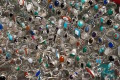 在玻璃陈列室的银色首饰 免版税库存照片