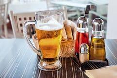 在玻璃面包板材的啤酒 库存图片