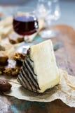 在玻璃,干法国乳酪Tomme de的甜点心利口葡萄酒 库存图片