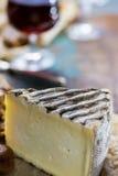 在玻璃,干法国乳酪Tomme de的甜点心利口葡萄酒 库存照片