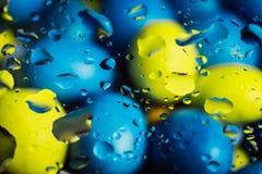 在玻璃,瑞典颜色的Waterdrops 免版税库存照片