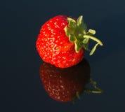 在黑玻璃3的草莓 库存照片
