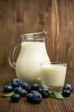 在玻璃水罐和蓝莓的牛奶 免版税库存图片