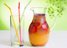 在玻璃水罐的莓果饮料 图库摄影