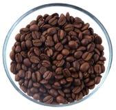 在玻璃水罐里面的咖啡豆在白色背景 免版税图库摄影